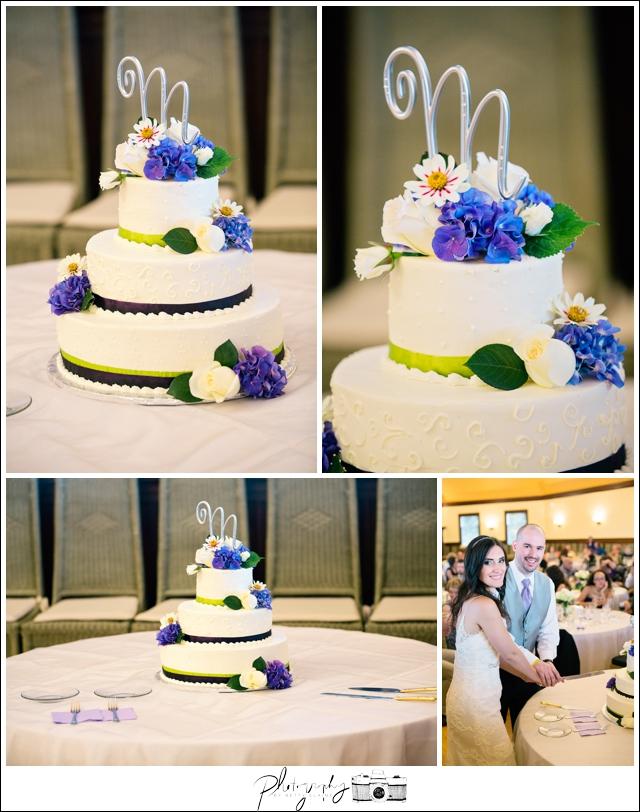 28-Reception-Wedding-Cake-Snohomish-Wedding-Photography-by-Betty-Elaine-Seattle-Wedding-Photographer