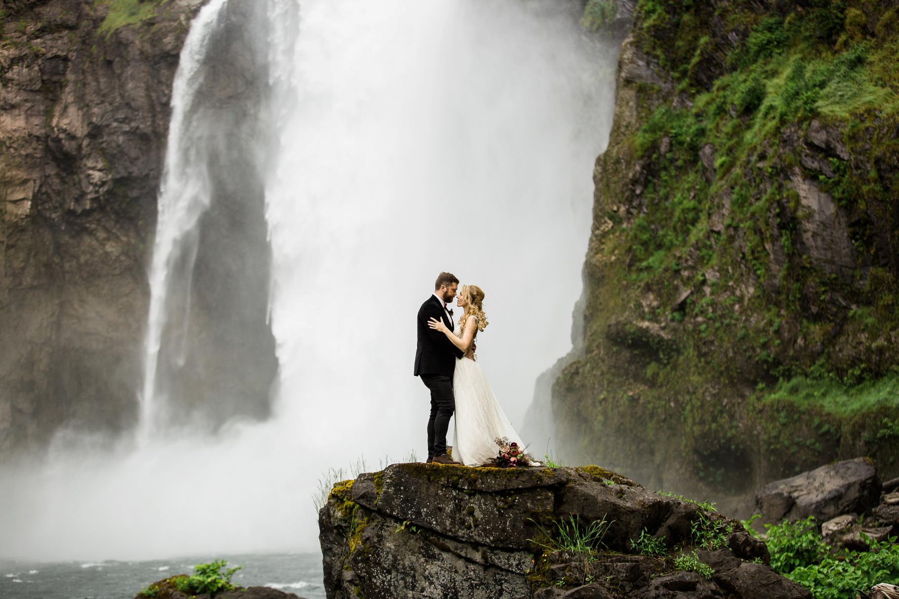 23-Adventure-Elopement-Waterfall-Seattle-Wedding-Photographer-Snoqualmie-Falls-Hike